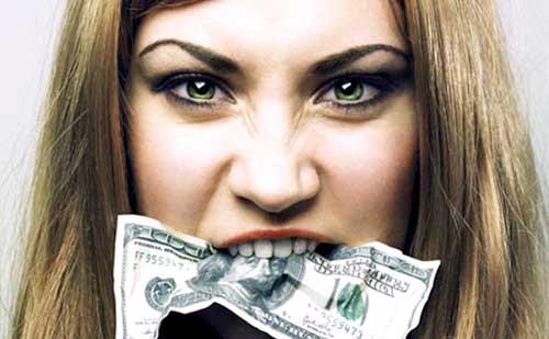 chica mordiendo billetes