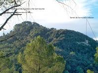 Panoràmica del Turó del Castell on estan situades les restes del Castellvell de Rosanes o de Sant Jaume. A la dreta de la fotografia es veuen un parell de torres de les antigues muralles