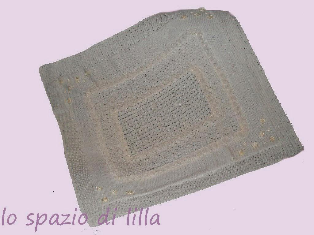 La cornice a maglia rasata, liscia e semplice, è abbellita con