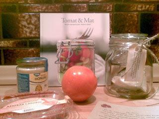 Kokbok, apelsin, honung, konserveringsburk, stjärnanis, vaniljstång, syltsocker,azafrán