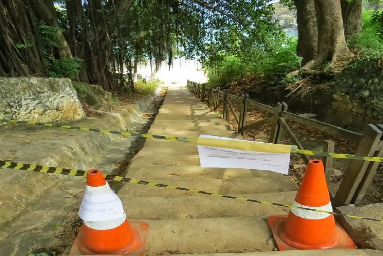 Turistas não terão acesso enquanto a praia do Cachorro estiver poluída.