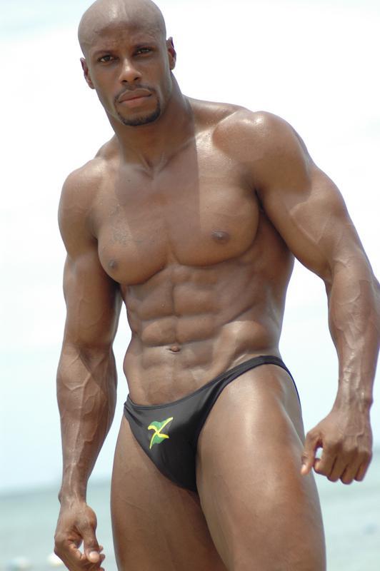 homens musculosos