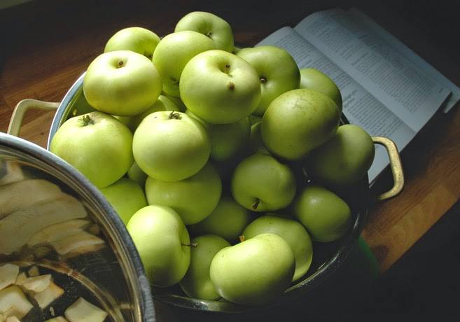 Äpplen i ett durkslag av metall