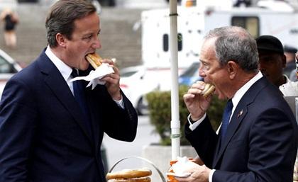 Nhìn Thủ tướng Anh David Cameron ăn mà người ta tưởng chừng ông đã bị bỏ đói ít nhất trong vài ngày