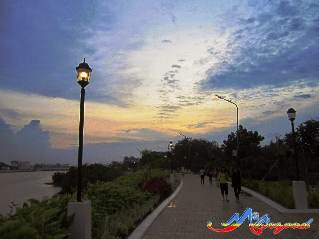 iloilo esplanade, esplanade iloilo, sunset at esplanade, iloilo tourist spots, what to do in iloilo, around iloilo city, where to go in iloilo, iloilo travel blog