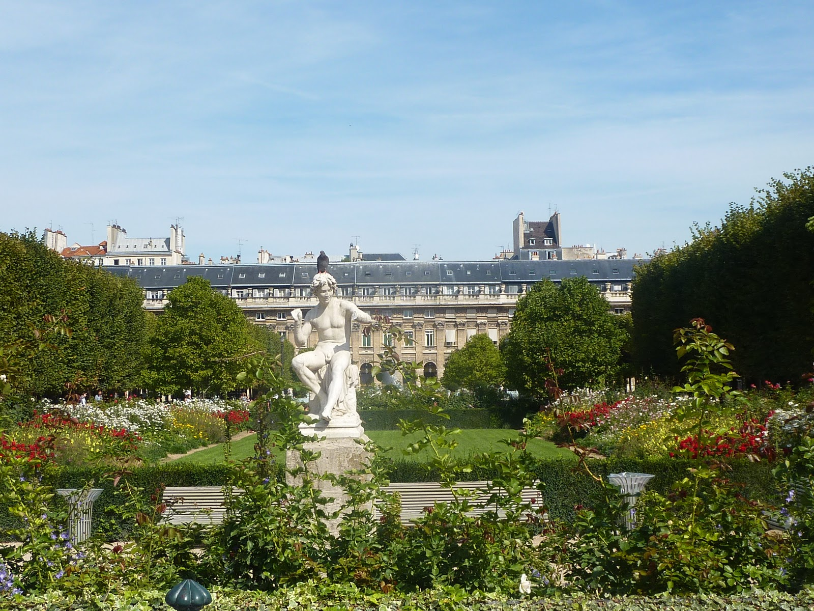 Weekend in paris at jardin du palais royal italian for Jardin royal