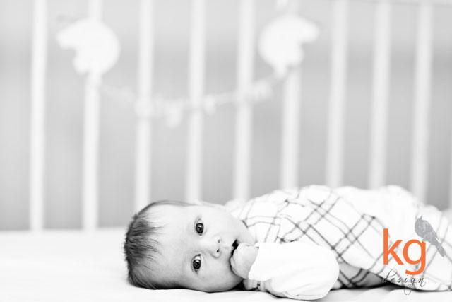 czarno-białe zdjęcie, niemowlęta, sesja niemowlęca, sesja dziecięca, oryginalne i nietypowe zaproszenie na chrzest, białe, brudny róż, zaproszenie ze zdjęciem, fioletowy, fuksja, fuksjowy, lila róż, zaproszenie 10x15cm składane na pół, zaproszenie wiązane wstążką, szare, szary, czarno-białe, zaproszenie na chrzest Lenki, Leny, pastelowe, różowe, pudrowy róż, kolorowe, dziecięce, cotton balls, zaproszenie na chrzest święty,