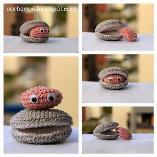 Crochet clam