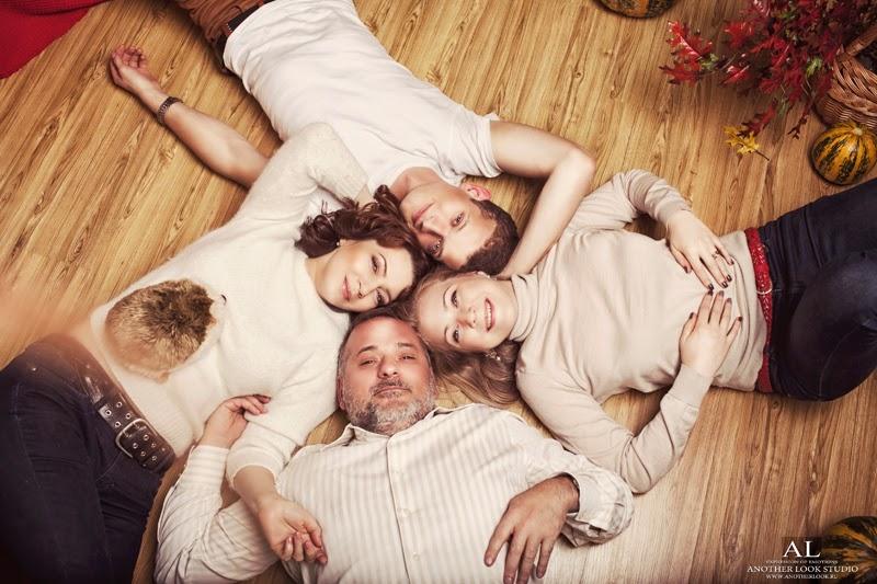 семья лежит на полу