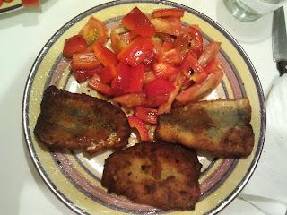 cena sardinas rebozadas y ensalada de tomate y pimiento