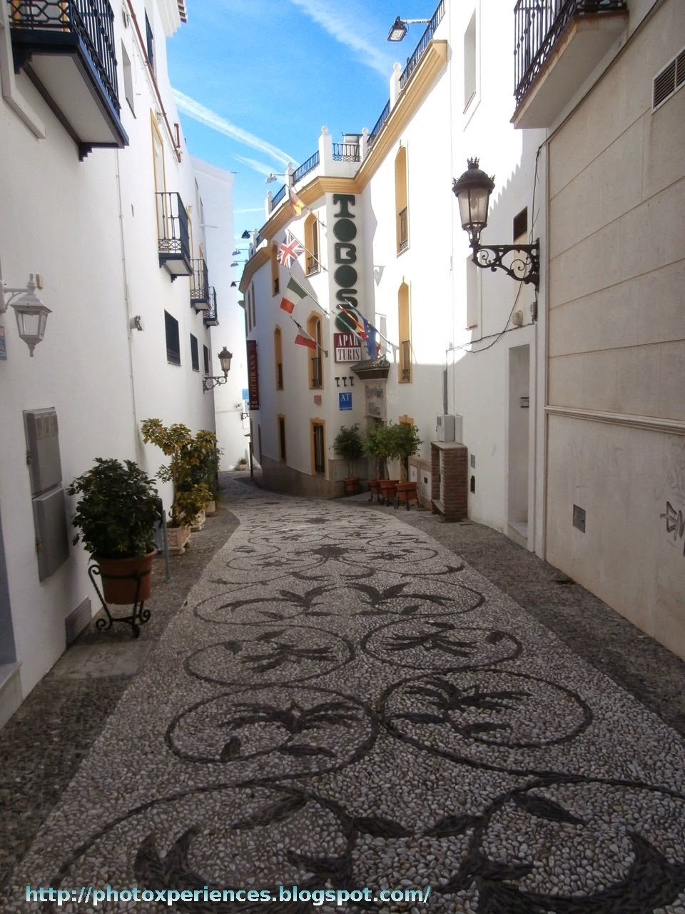 Typical street in the historic center of Nerja. Calle típica del casco histórico de Nerja.