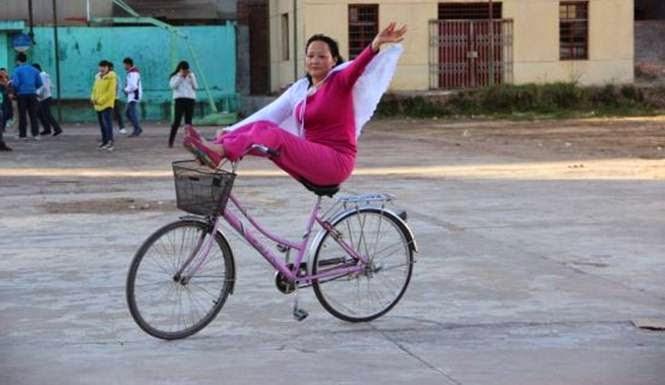 wanita bersepeda