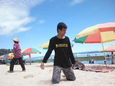 Bermain pasir di Pantai Pok Tunggal