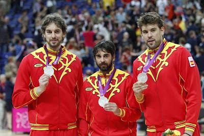 Pau Gasol, Juan Carlos Navarro en Marc Gasol tonen hun zilveren medaille na de nederlaag van Spanje tegen de VS met 107-100 / PEPE ANDRES (DIARIO AS)