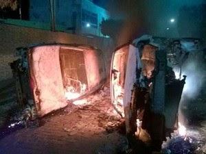 Carros foram incendiados e virados durante revolta em Amargosa  (Foto: Marcello Dial/Site Voz da Bahia)