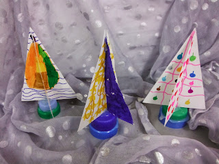 comment réaliser un sapin de noel créatif avec du carton et des bouchons de bouteille en plastique avec des enfants par mimi vermicelle
