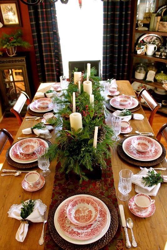 Mesa de navidad con vajilla, cristalería y cubertería vintage