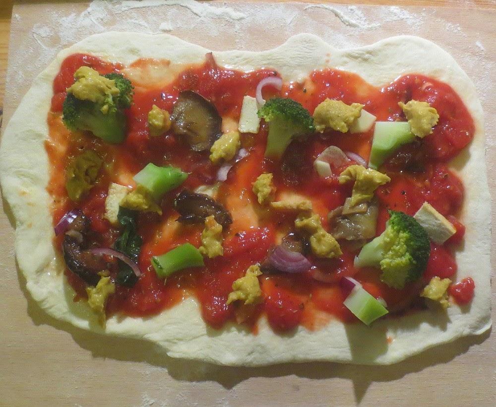 Zubereitung vegane Pizza mit Gemüse und Hefeschmelz