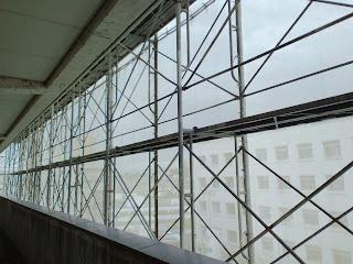 写真:病室の窓を開けると、建物全体が工事用のネットで囲われていてグレー一色。