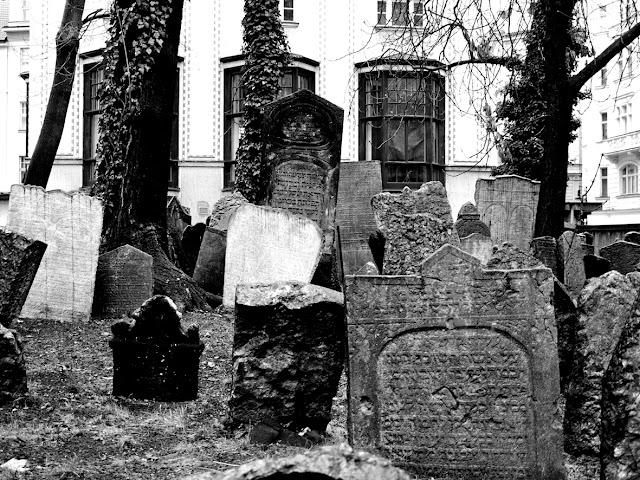 Imagen en blanco y negro de las lápidas del cementerio judío de Praga