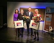 Met bloemen in de hand; de trotse prijswinnaars! Vlnr: Monique Bekkenutte (directeur KWN), Lieke Coppens (KWR), Peter de Jong, juryvoorzitter (Witteveen+Bos) en Annemarie van Wezel (KWR). Bron: http://www.kwrwater.nl