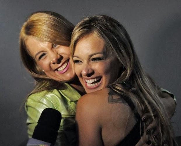 Carol Soares abraça forte Carla Perez (Foto: Bruno Henrique)