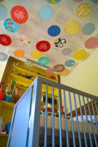 o decorar el techo de una habitacin colgando bastidores del techo con telas coloridas