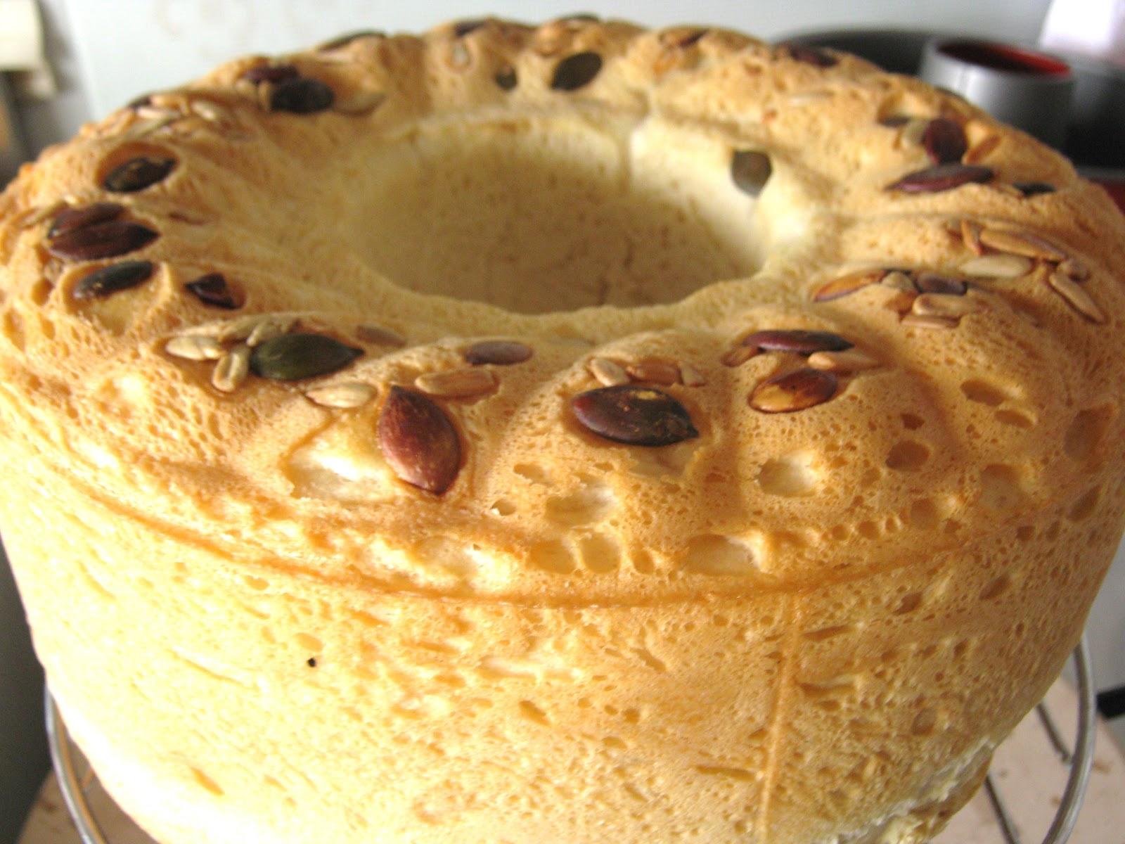pane morbido  a  ciambella con lievito madre e  yogurt e  tanti semi di decorazione