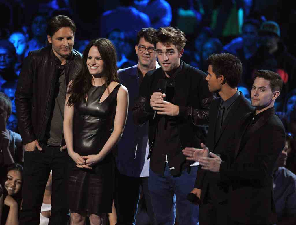 00O00 London Menswear Blog Robert Pattinson 2012 MTV Video Music Awards Alexander McQueen black bomber jacket