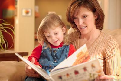 trò chuyện, đọc sách cho con