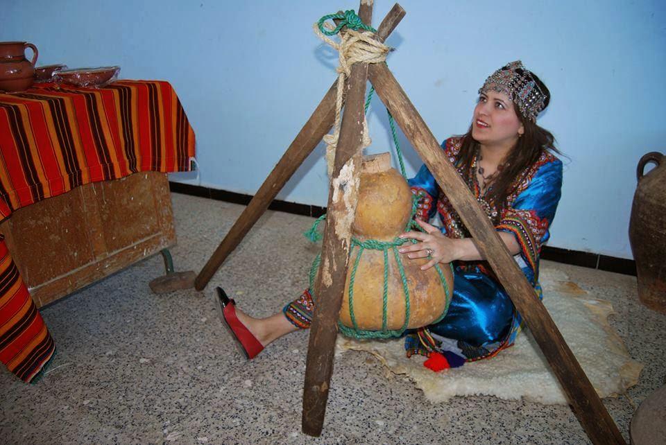 Sur la photo on y voit une belle femme kabyle
