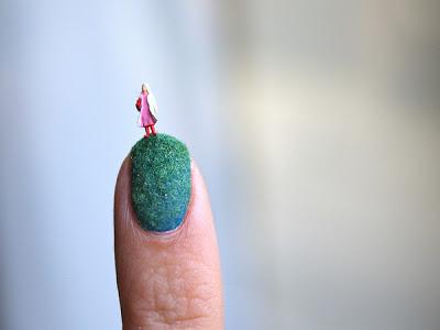 miniatura en las uñas