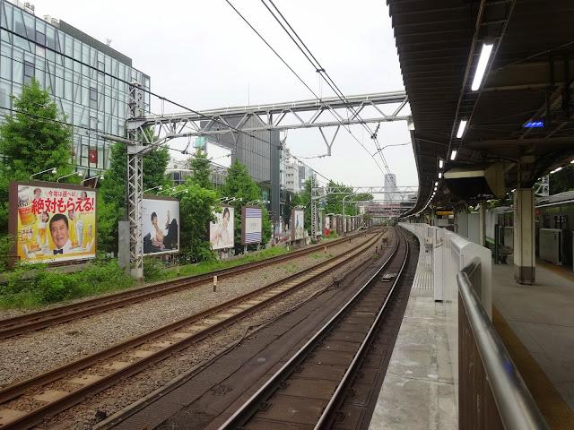 原宿駅,線路,屋外広告〈著作権フリー無料画像〉Free Stock Photos
