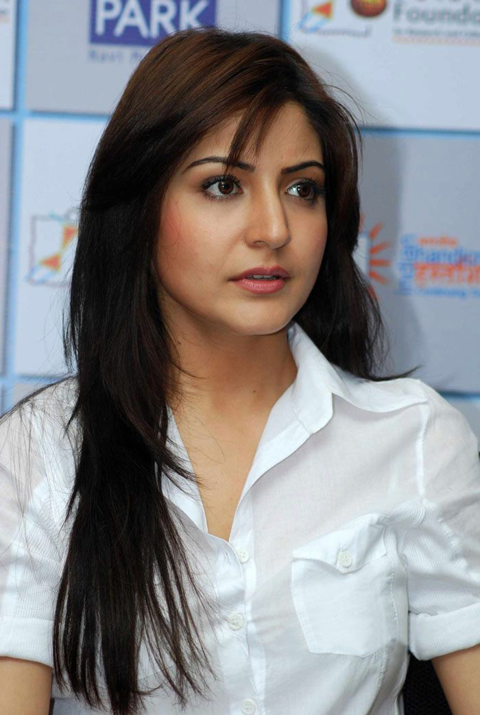 anushka sharma hot kiss pics. Anushka Sharma