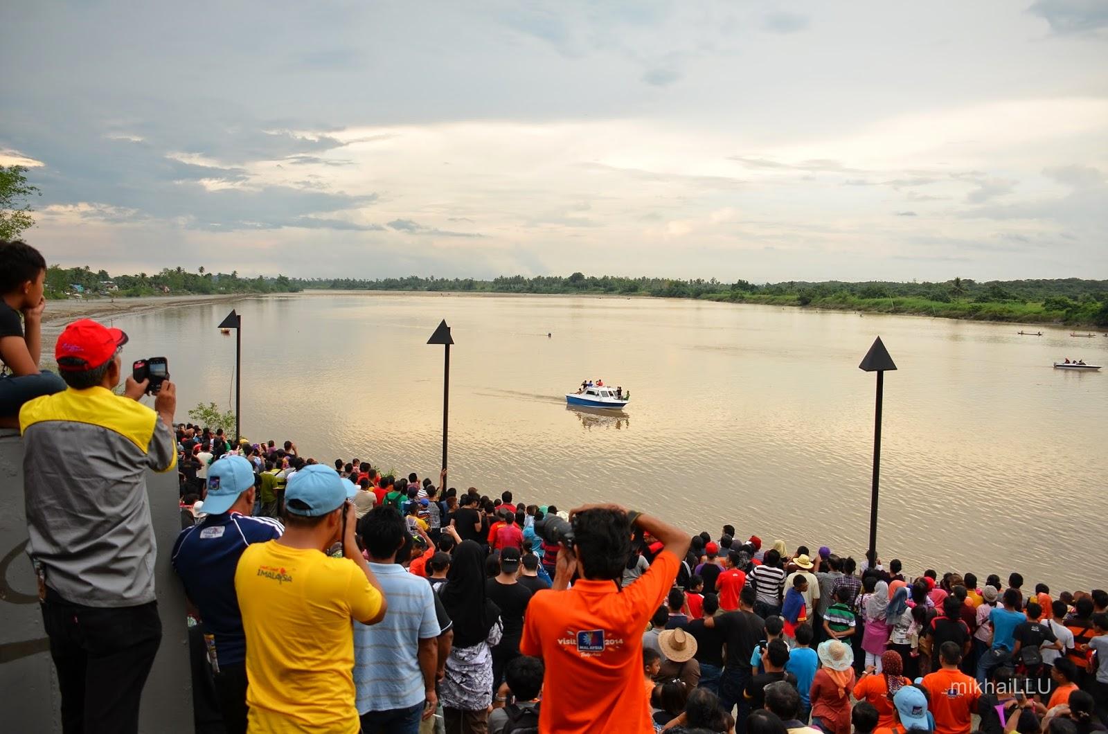 Large crowd waiting for the tidal bore to surge past them at Pesta Benak 2013 | mikhaiLLU