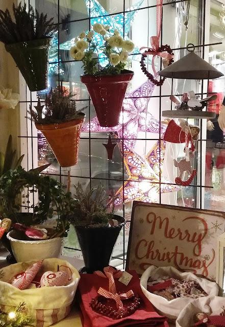 Krukor från Sturehof krukmakeri och juldekorationer