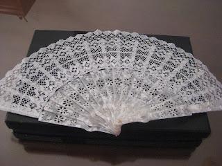 Abanico de bolillo y carey de color blanco hecho a mano en Los Pedroches. Especial para regalo de novia y bodas