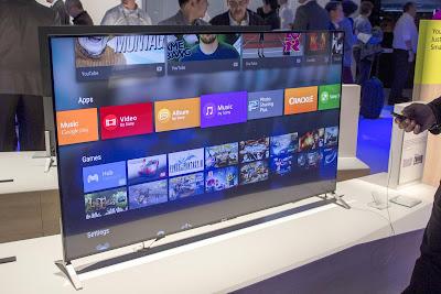 TV da Sony com Android TV tem acabamento em metal escovado, bordas finais e base com material metálico cromado