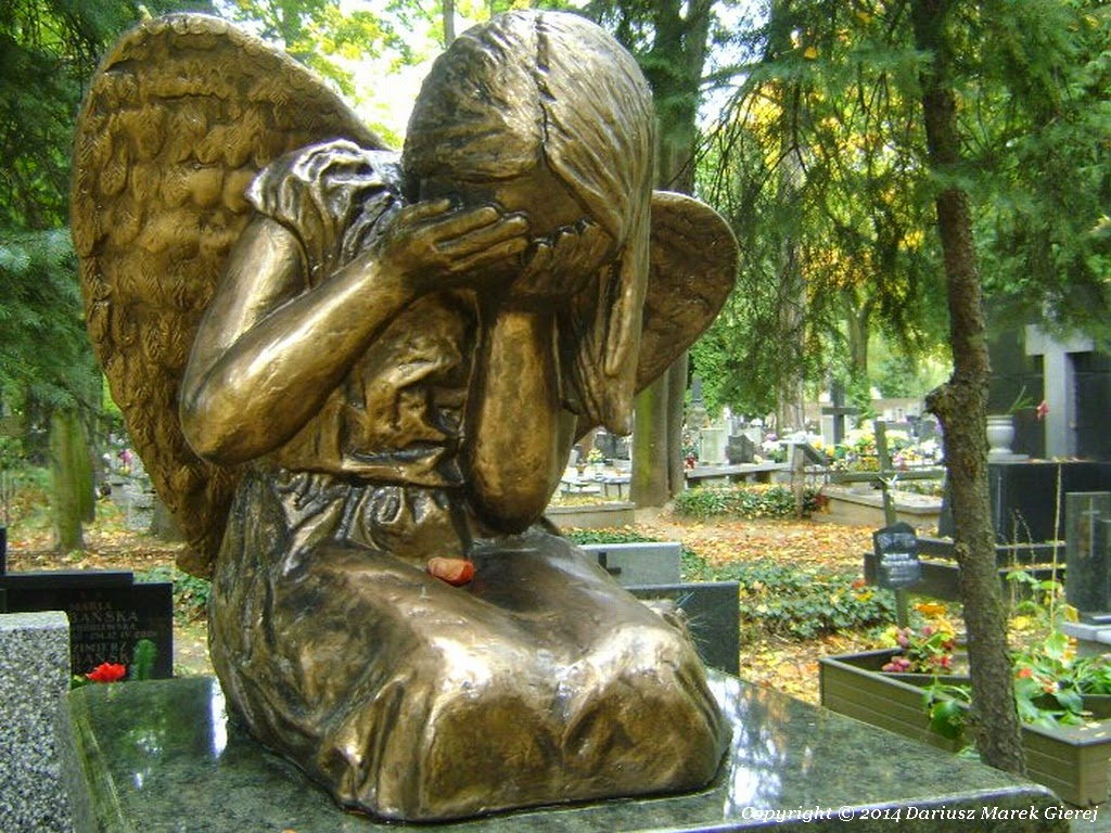 """""""…Żeby łzy mogły budzić z grobu umarłych a miłość kruszyć śmierci wrota, one by Ciebie z mogiły wydarły, byś snuć mógł dalej nić swego żywota"""". Fot Dariusz Marek Gierej"""