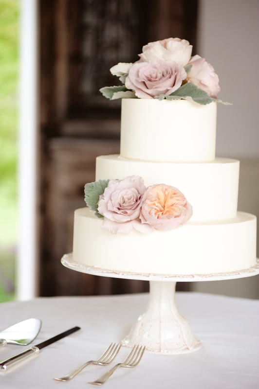 Courtenay Lambert Florals at the Inn at Oneanta, with Michael Bambino Photography. Wedding cake, Quicksand rose, Juliet Garden rose.