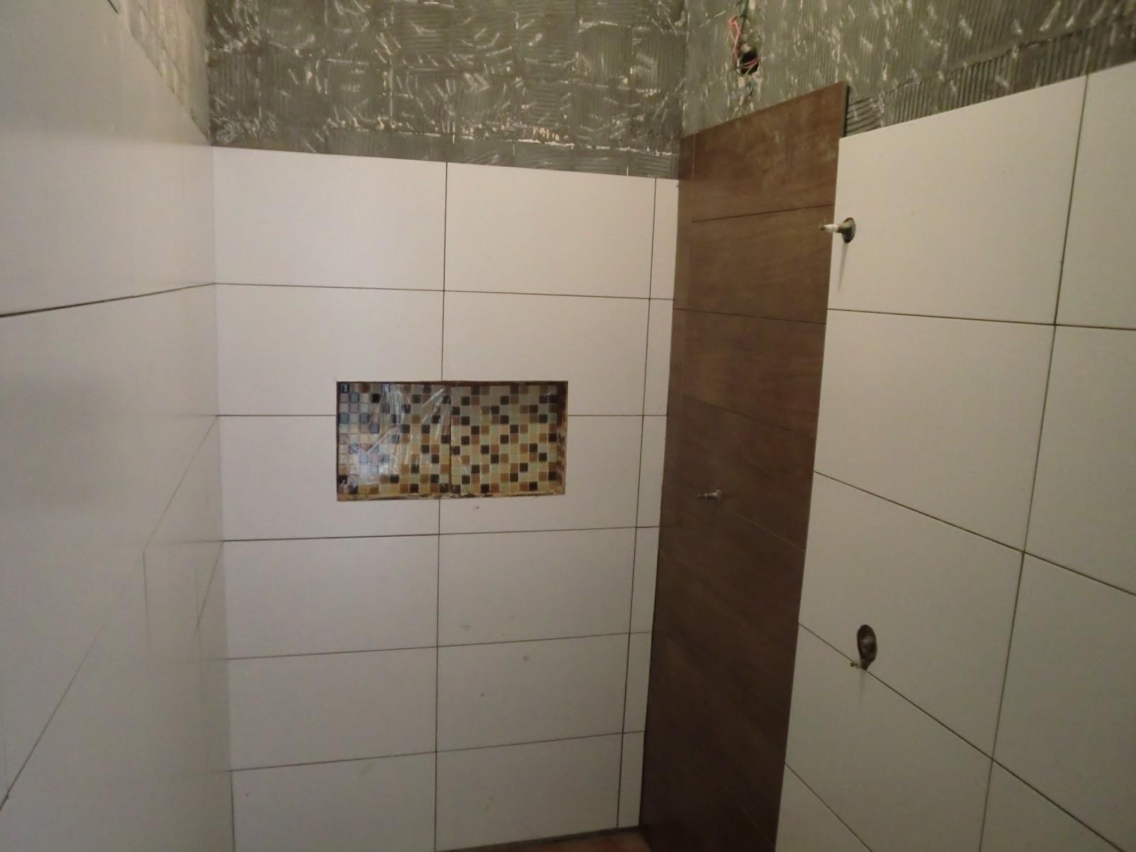 detalhes do chuveiro em madeira e nicho funcional em pastilha de vidro #3C2C1F 1600x1200 Banheiro Com Azulejo Que Imita Pastilha