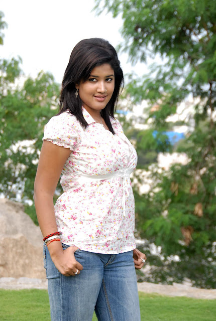 Sowmya In Jeans Cute Wallpapers glamour images