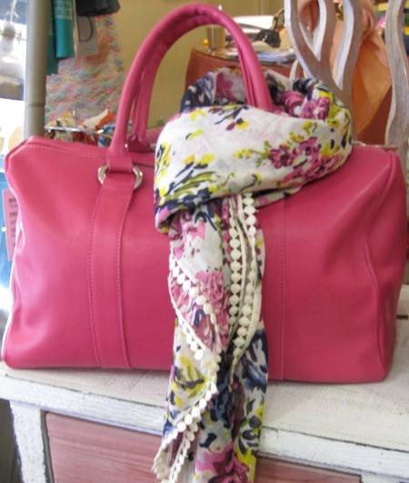 Bolso de piel rosa y fular flores mismos tonos