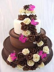 bolo com rosas  marrom e branco