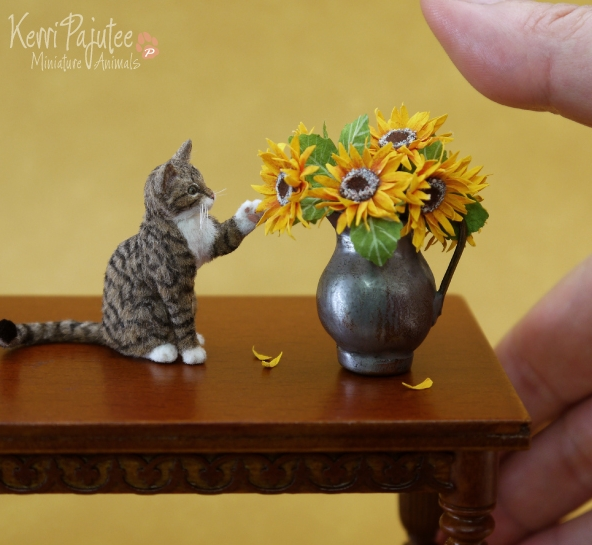 15-Tabby-Cat-Kerri-Pajutee-Miniature-Sculpture-that-look-Real-www-designstack-co