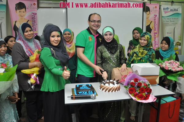 CDM Adibah Karimah potong kek from Green leaders group of premium beautiful business