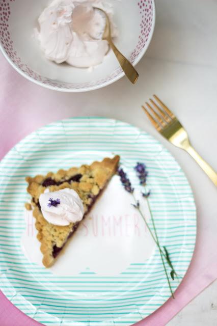 kirsch crumble mit Frischkäse und Schlagsahne mit Lavendel