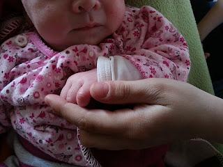 Baby holding hands, by beeki / Dirk Schumacher