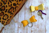 http://happygirlycrafty.blogspot.gr/2015/10/faux-leather-bow-keychain-diy.html