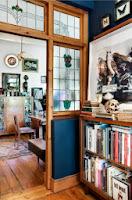 Witraże w drzwiach, oryginalne dodatki, drewniana podłoga